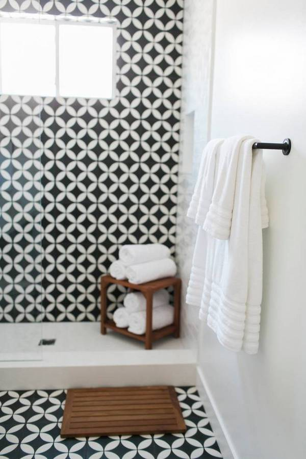 before-after-an-unbelievable-cali-remodel-full-of-natural-light-black-and-white-bathroom-1458140773-56e891eba45f30b812208e7c-w667_h900